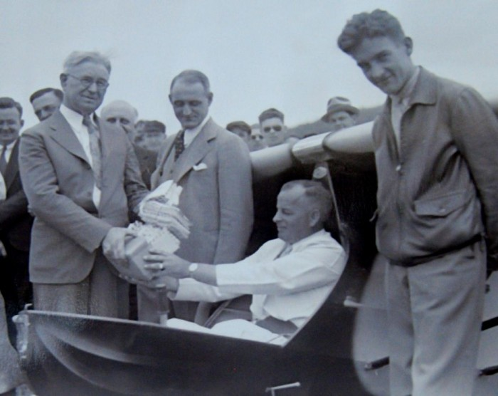 Warren Eaton receiving mail for glider flight.